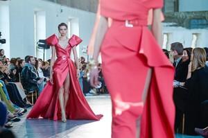 Elie-Saab-Haute-Couture-SS20-Paris-44830-1579697911.thumb.jpg.2b203cff5f64ef643d504745a5fae62d.jpg
