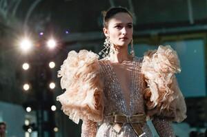 Elie-Saab-Haute-Couture-SS20-Paris-45002-1579698102.thumb.jpg.9069f880ca6673bfc09ca0e1e8d4ffe0.jpg