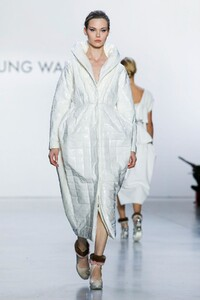 Son-Jung-Wan-RTW-FW20-New-York-4072-1581115148.thumb.jpg.ed4a89be654d1f3e37e864e13831d09d.jpg