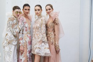 backstage-defile-elie-saab-printemps-ete-2020-paris-coulisses-83.thumb.jpg.4a5188f905cc1887ead05165670348e4.jpg