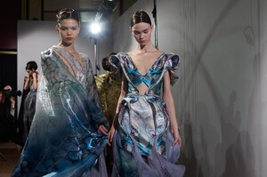 backstage-defile-iris-van-herpen-printemps-ete-2020-paris-coulisses-54.thumb.jpg.9ea9a5ae4cc7726fed11a48b2dd24934.jpg