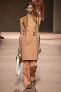 defile-hermes-printemps-ete-2020-paris-look-12.thumb.jpg.68ba5cb28708603553b212f679a60e65.jpg