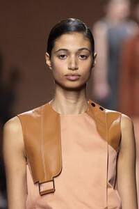 detail-defile-hermes-printemps-ete-2020-paris-detail-10.thumb.jpg.14e793f3ef48e15fb7b6ceb88b3fe6d4.jpg