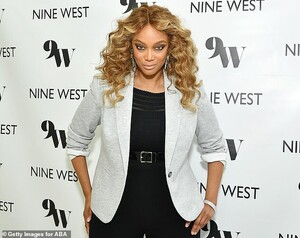 25611862-8081789-Smize_Tyra_could_not_help_but_show_off_her_perfected_smize_at_th-a-91_1583477179729.jpg