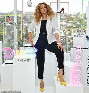 25611870-8081789-Get_the_look_Banks_stunned_in_a_gray_fitted_blazer_paired_with_b-a-88_1583477179597.jpg