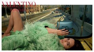 valentino-woman-acc-ps-20-digital-1920x1080-4.thumb.jpg.c408d6c372ceb1d60d9c383c92896130.jpg