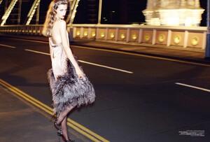 Vogue Turkey (December 2013) - Isikla vals - 005.jpg