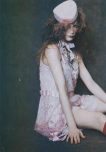Roversi_Vogue_Italia_February_2005_05.thumb.png.4dd9b922166e31ff2b452e25e7c8a744.png