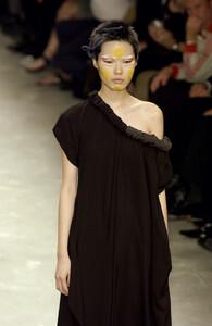 Yohji+Yamamoto+Spring+2002+X9WCeLDSoaxx.jpg