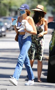 27965546-8283455-Taking_precautions_Kaia_Gerber_and_her_mom_Cindy_Crawford_covere-m-73_1588562883963.jpg