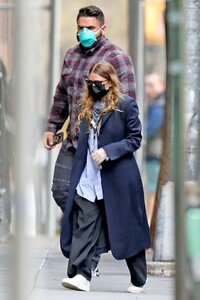 ashley-olsen-in-street-outfit-outside-of-her-office-in-new-york-05-13-2020-0.thumb.jpg.15b1e4b228f4b0d0754a528c55760187.jpg