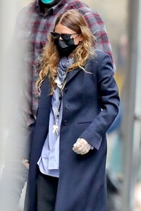ashley-olsen-in-street-outfit-outside-of-her-office-in-new-york-05-13-2020-2.thumb.jpg.bef3da350f3818c1082f0d55e2f0c2c9.jpg