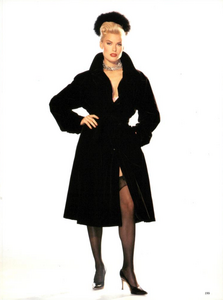 Hollywood_Glamour_Comte_Vogue_Italia_December_1994_06.thumb.png.15f7ce62baf8169c37005f0790361dd9.png