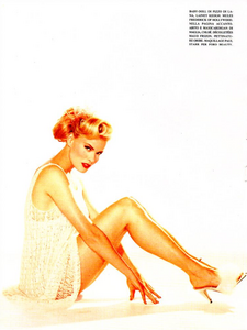 Hollywood_Glamour_Comte_Vogue_Italia_December_1994_07.thumb.png.e51244db2af3fafbe00e602f71206d60.png