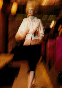 Meisel_Vogue_Italia_March_2005_04.thumb.png.62031d419d8caa3feae34ff2eba5affd.png