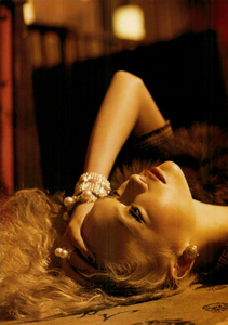 Meisel_Vogue_Italia_March_2005_31.thumb.png.fd3143fbe9de5552f199aec2575bf861.png