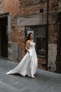 suri-classic-plain-wedding-dress.jpg