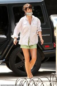 30527244-8501973-Helena_Christensen_51_shows_off_her_bronzed_legs_in_smart_green_-a-96_1594207306668.jpg