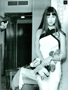 Barbieri_Vogue_Italia_March_1985_04.thumb.png.754f12385452f00e505314bb5ee565d5.png