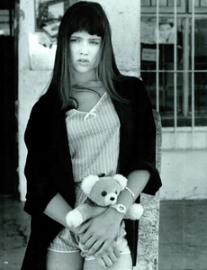 Barbieri_Vogue_Italia_March_1985_15.thumb.png.a967d3a1d903e7293b26d0ec95e80dbd.png