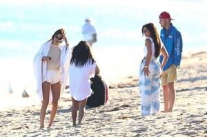 kendall-jenner-and-kourtney-kardashian-beach-in-malibu-07-16-2020-1.jpg