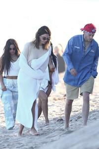 kendall-jenner-and-kourtney-kardashian-beach-in-malibu-07-16-2020-7.jpg