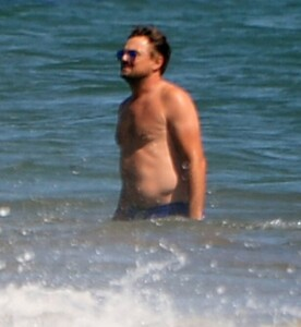 0_PAY-EXCLUSIVE-Leonardo-DiCaprio-and-girlfriend-Camila-Morrone-enjoying-a-day-at-the-Beach-with-family-a.jpg