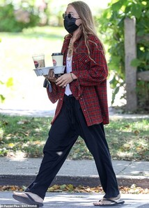 32424940-8667895-Dressed_down_Mary_Kate_Olsen_34_has_been_taking_a_breather_from_-a-67_1598479364517.jpg