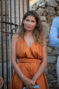 laetitia-casta-at-lumio-s-literary-encounters-in-front-of-over-a-hundred-people-in-the-village-s-new-green-theater-11.thumb.jpg.141b81535732243ad6c3963b0782e0ad.jpg