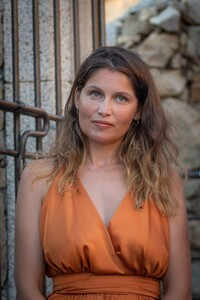 laetitia-casta-at-lumio-s-literary-encounters-in-front-of-over-a-hundred-people-in-the-village-s-new-green-theater-5.thumb.jpg.61ce8ac1a1bab53a88383163a88e9cf9.jpg