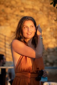 laetitia-casta-at-lumio-s-literary-encounters-in-front-of-over-a-hundred-people-in-the-village-s-new-green-theater-8.thumb.jpg.8e3203899be93035ba67e6917fa014b5.jpg