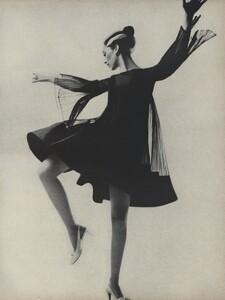 Avedon_US_Vogue_March_1st_1966_08.thumb.jpg.f6f58d8824a5b9e6c66a281c15ca7a16.jpg