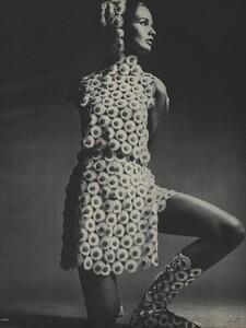 Avedon_US_Vogue_March_1st_1966_10.thumb.jpg.ce84a03f6f806458cd8f6ada48dfeafc.jpg