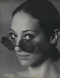 Beauty_US_Vogue_April_15th_1970_01.thumb.jpg.da1a16fc2d1101bbc776d5f5b791ef90.jpg