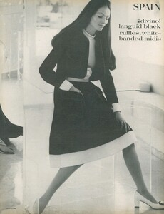 Clarke_US_Vogue_April_1st_1970_06.thumb.jpg.0b0923fd2f6d332d25a645739c0219cb.jpg