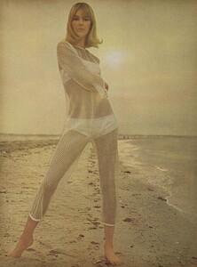 Parkinson_Horst_US_Vogue_January_1st_1965_05.thumb.jpg.9510a8b71437a0b9f34c28884ba7a985.jpg