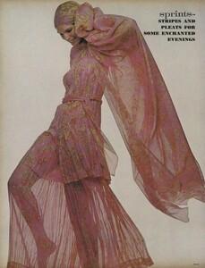 Sprints_Penati_US_Vogue_April_15th_1970_07.thumb.jpg.fa55a9ea7d235ba41356b71eb3079924.jpg