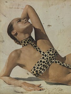 Summer_Rubartelli_US_Vogue_May_1966_03.thumb.jpg.e36f6261f44906a8751bb545b604e421.jpg