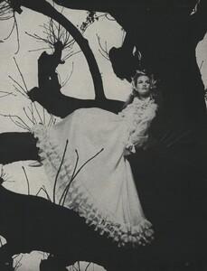 Tree_Avedon_US_Vogue_March_15th_1966_08.thumb.jpg.365458cebee8529e574694523574397d.jpg