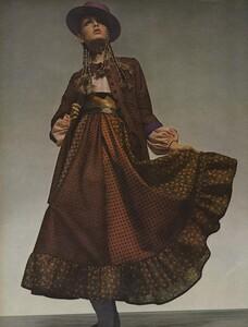de_Villeneuve_US_Vogue_April_15th_1970_01.thumb.jpg.a08c3f921afebc2c5e847c62eac8f276.jpg