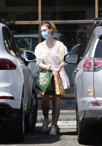 elle-fanning-out-shopping-in-los-angeles-09-09-2020-1.jpg