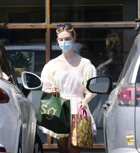 elle-fanning-out-shopping-in-los-angeles-09-09-2020-10.jpg