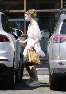 elle-fanning-out-shopping-in-los-angeles-09-09-2020-11.jpg