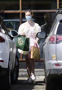 elle-fanning-out-shopping-in-los-angeles-09-09-2020-9.jpg