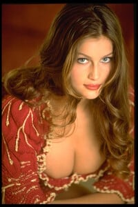 006-women-laetitia-casta-richard-melloul-red-starwiki.org.jpg