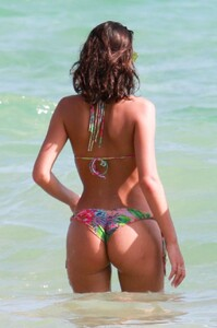 Izabel-Goulart-and-Bruna-Marquezine-Sexy-18-The-Fappening-Blog.jpg