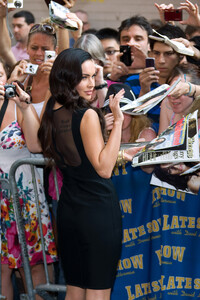 97069_Preppie_-_Megan_Fox_at_the_Late_Show_with_David_Letterman_-_June_25_2009_913_122_155lo.jpg