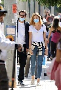 ana-beatriz-barros-and-karim-el-chiaty-out-in-athens-10-24-2020-4.jpg