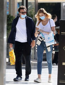 ana-beatriz-barros-and-karim-el-chiaty-out-in-athens-10-24-2020-8.jpg
