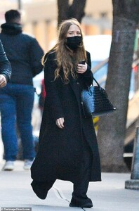 36471210-9020633-All_black_ensemble_Mary_Kate_Olsen_appeared_calm_and_collected_o-a-7_1607146065470.jpg